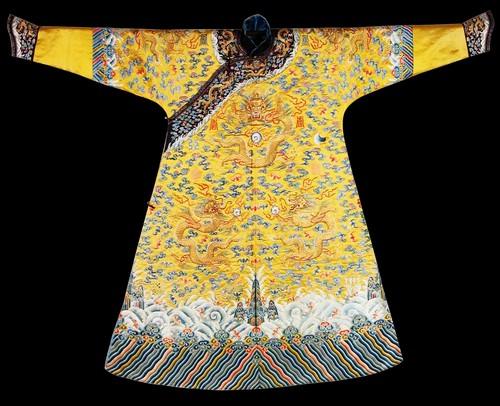 清嘉庆帝祭日朝服 清明黄缎彩绣平金龙棉龙袍全长144厘米,袖长89厘米,袖口宽16.6厘米。