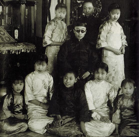 溥任(前坐者)与溥仪(中坐者)、溥杰(后排中)以及妹妹们在天津