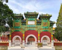 """琉璃牌坊,为牌坊中最尊贵者,据说北京现存只有十座,""""小西天""""便独占了四座。"""